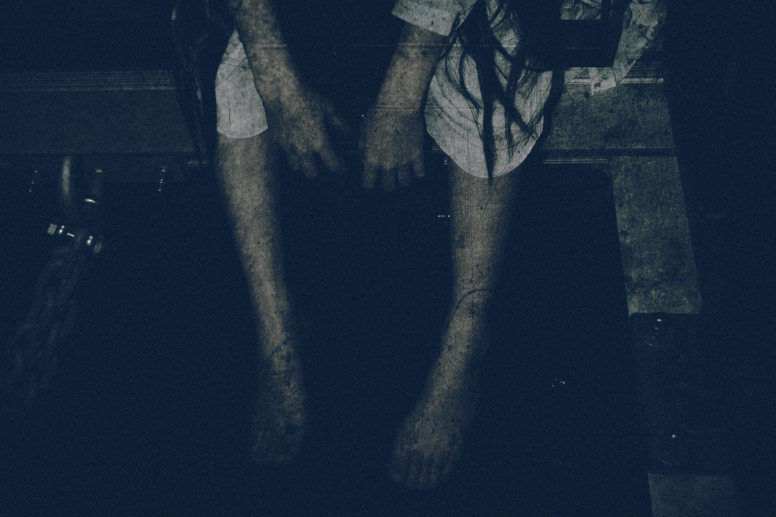 「座り込んで手足をぶら下げる女性の姿」の写真[モデル:緋真煉]