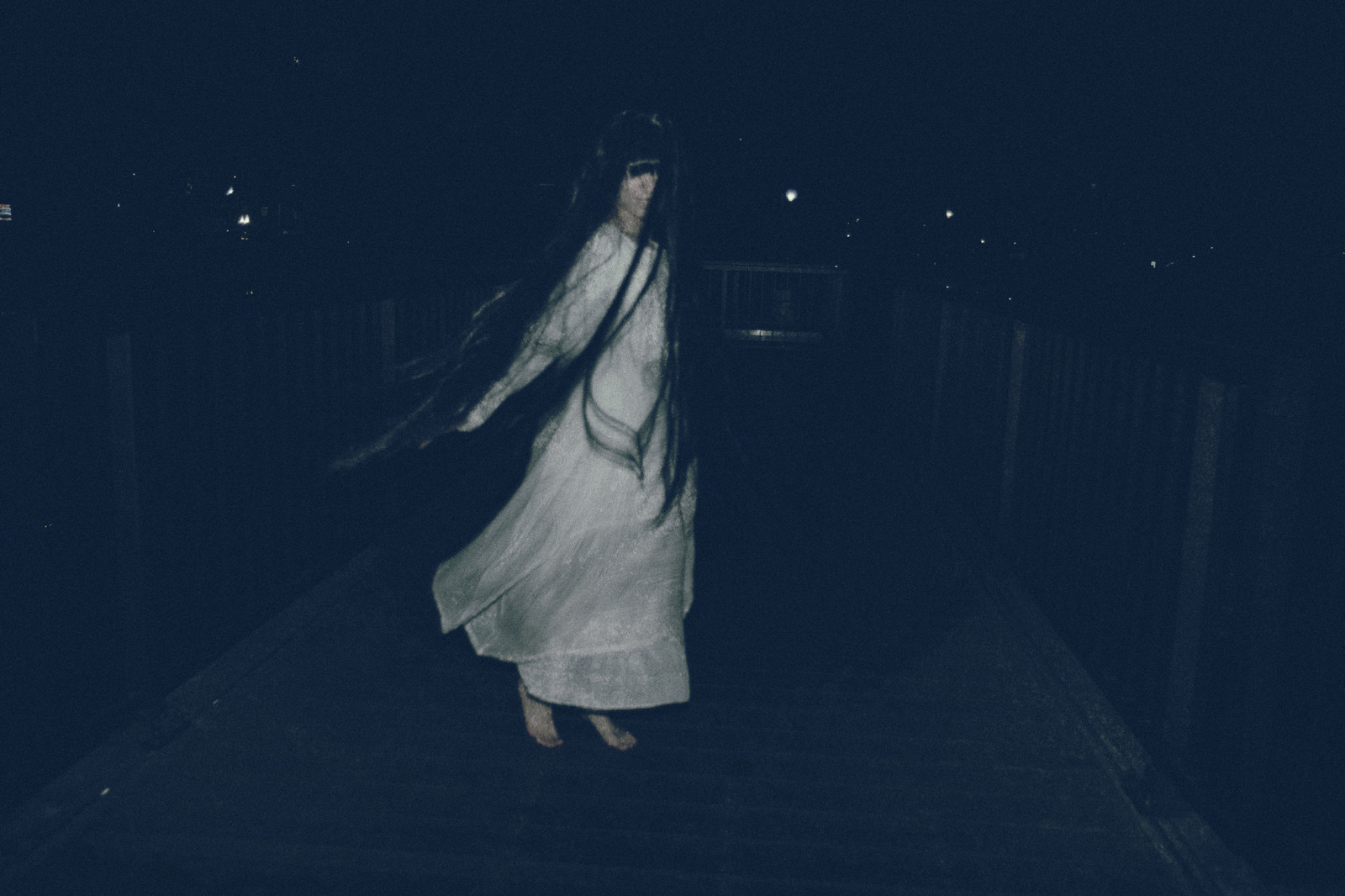 「ライトを向けると裸足で回転する女性の姿が!」の写真[モデル:緋真煉]