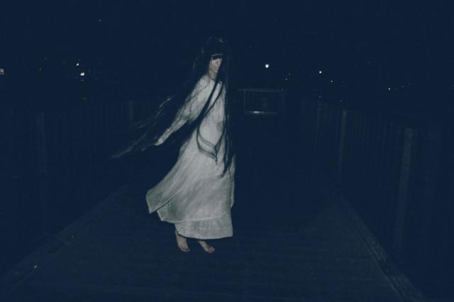 ライトを向けると裸足で回転する女性の姿が!の写真