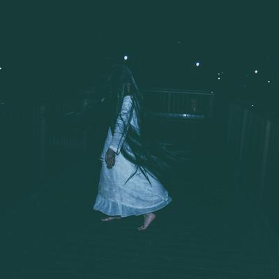 「真夜中に髪の毛を振り乱す女性」の写真素材