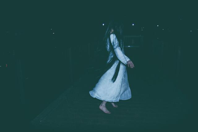白いワンピースを着た髪の長い女性