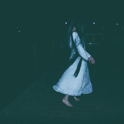 「白いワンピースを着た髪の長い女性」の写真素材
