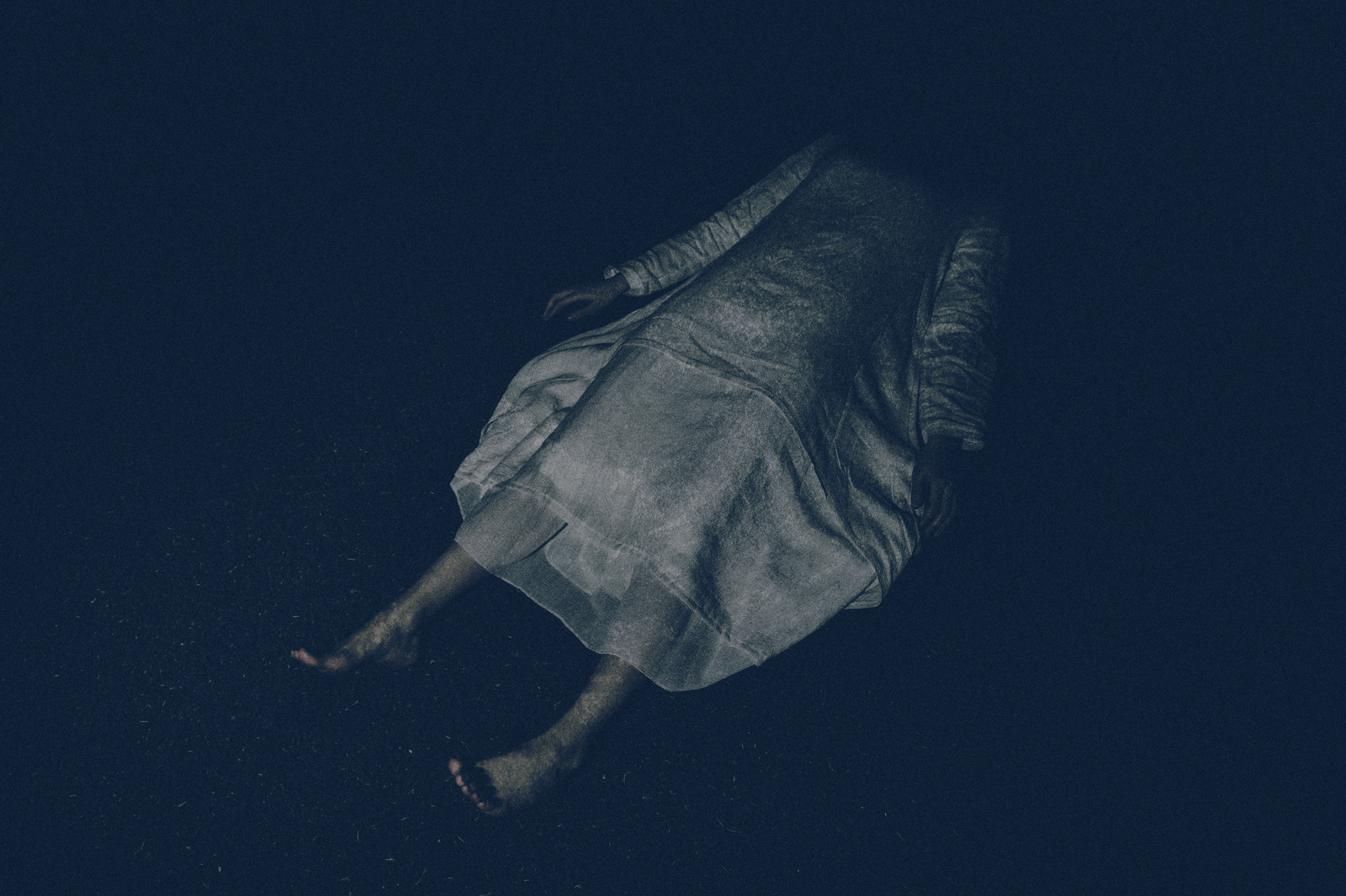 「白いワンピースを着て横たわる女性」の写真[モデル:緋真煉]