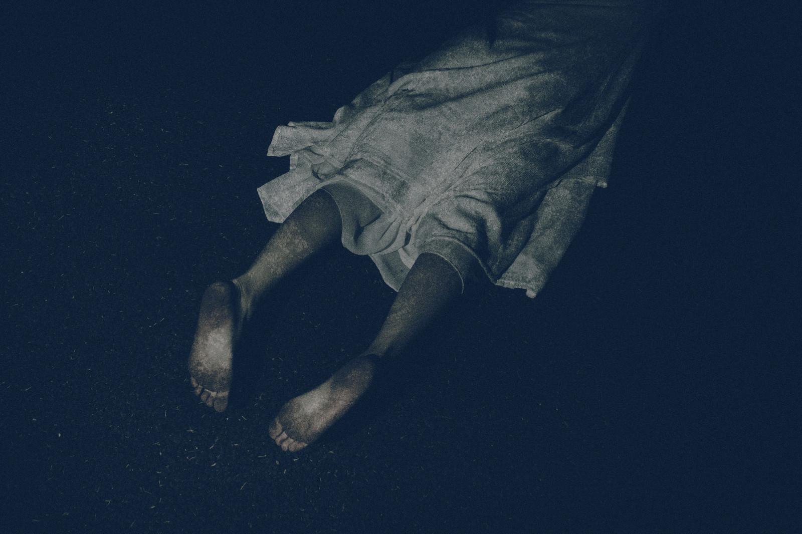 「うつ伏せで足裏を見せる幽霊」の写真[モデル:緋真煉]