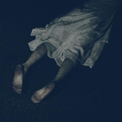 うつ伏せで足裏を見せる幽霊の写真