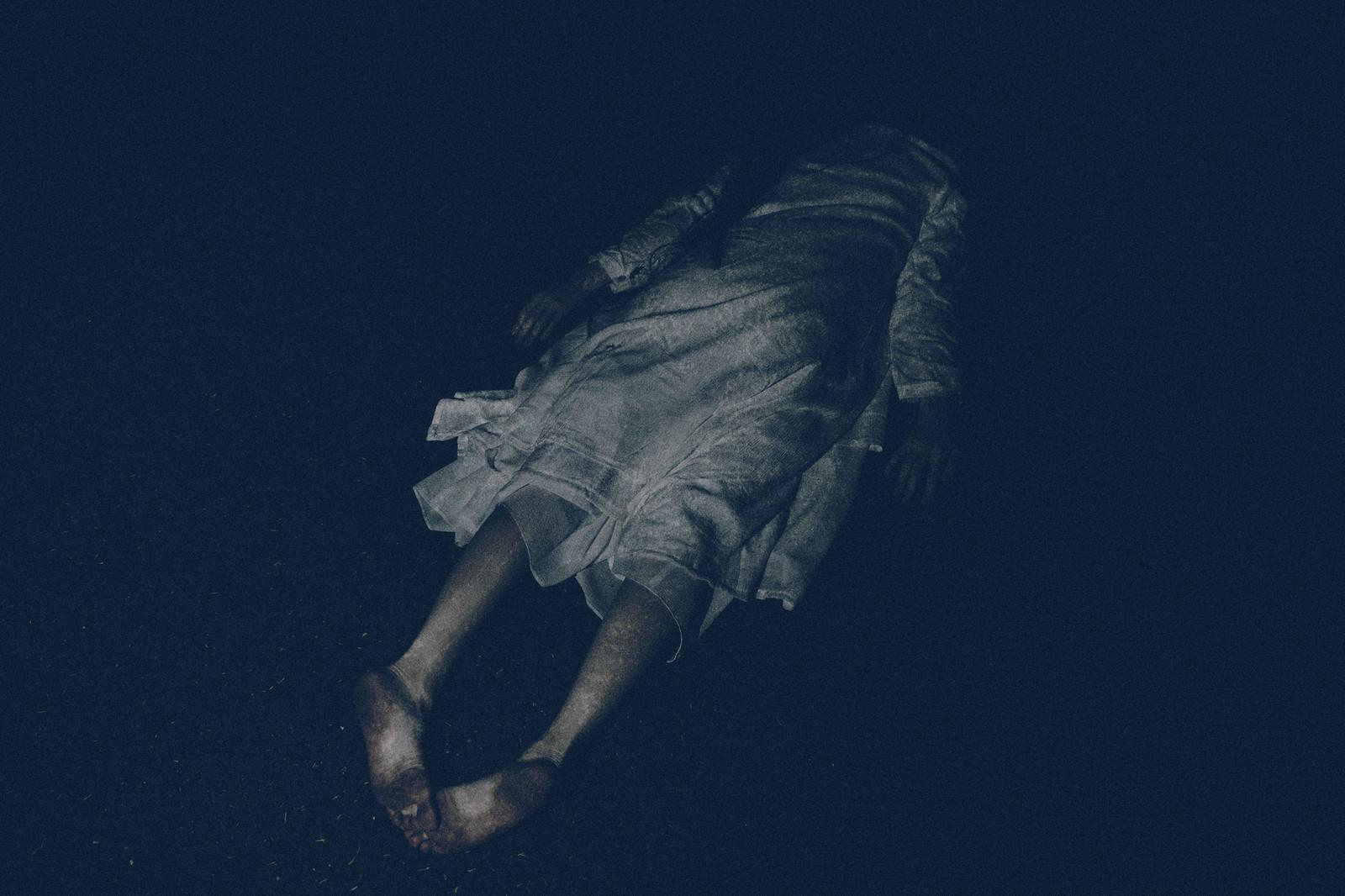「白いワンピースを着た女性が泥酔して裸足のまま倒れている」の写真[モデル:緋真煉]