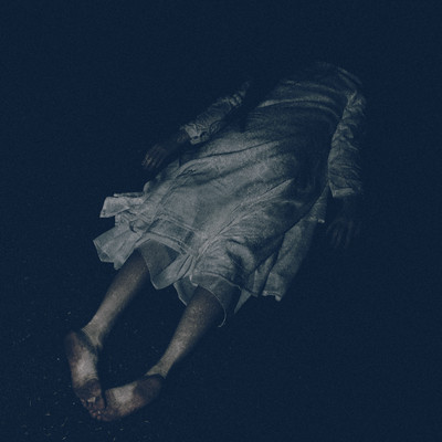 白いワンピースを着た女性が泥酔して裸足のまま倒れているの写真