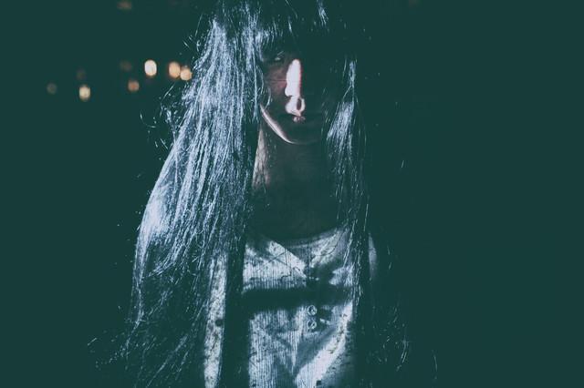 徘徊する不気味な女性と目が合う瞬間の写真