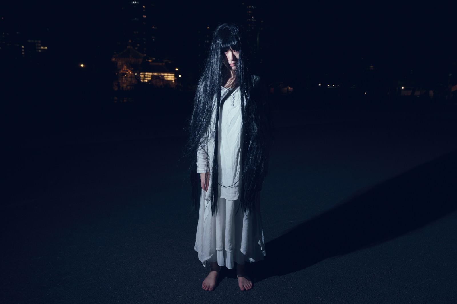 「だらんと伸ばした長い髪の幽霊女性だらんと伸ばした長い髪の幽霊女性」[モデル:緋真煉]のフリー写真素材を拡大