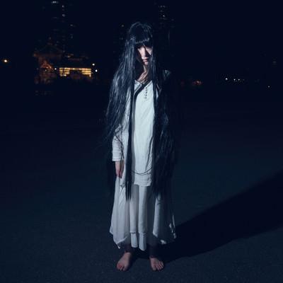 だらんと伸ばした長い髪の幽霊女性の写真