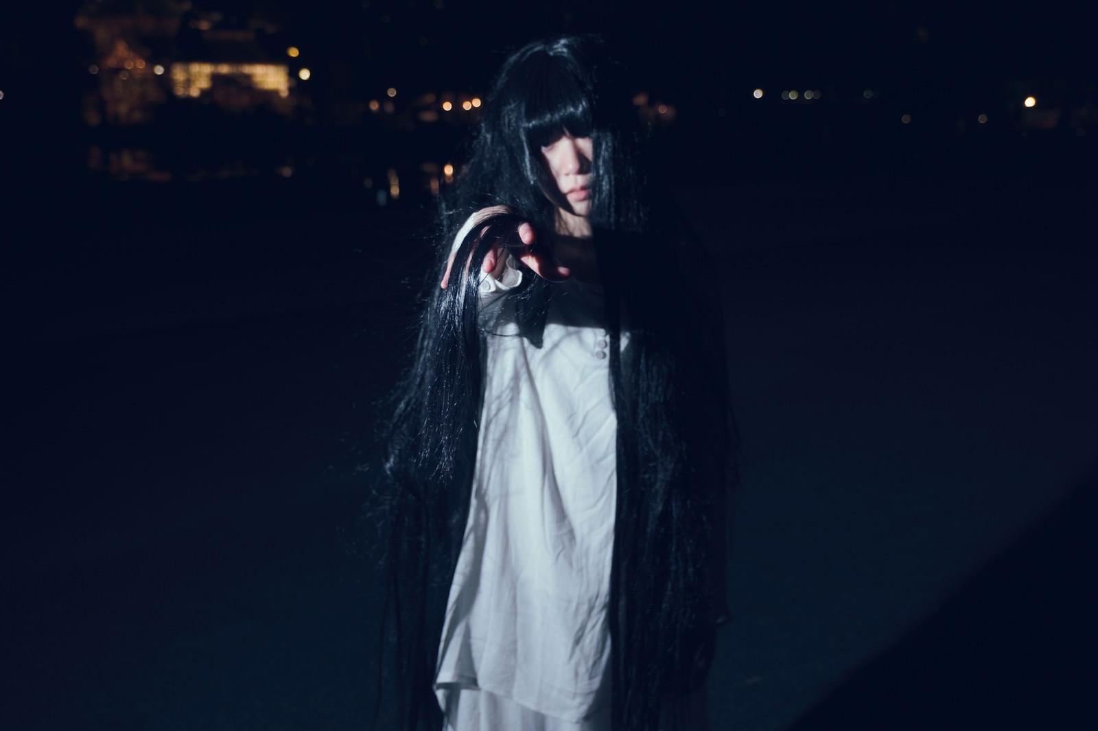 「暗闇から誘う女性」の写真[モデル:緋真煉]
