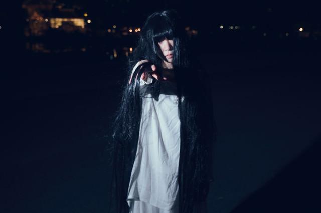 暗闇から誘う女性の写真