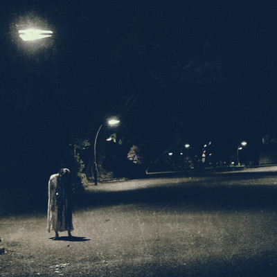 薄暗い街灯下の女の怨念の写真
