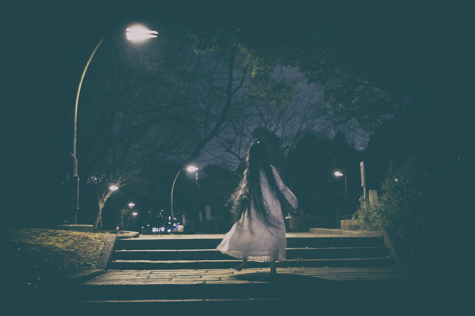 「真夜中の公園をスキップで徘徊する女性」の写真[モデル:緋真煉]
