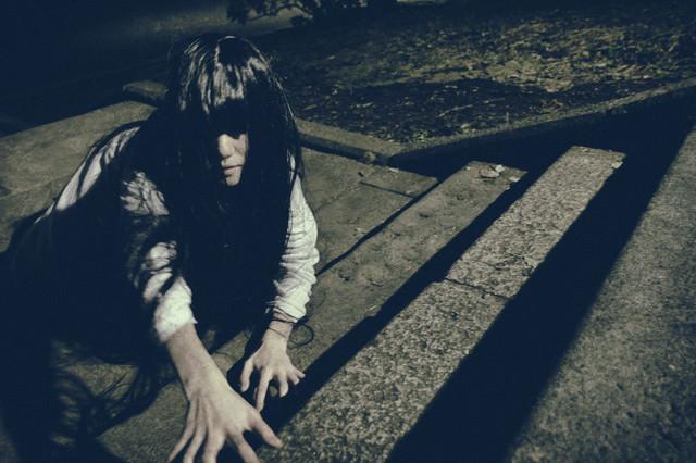 這い蹲りながらこちらを覗く幽女の写真