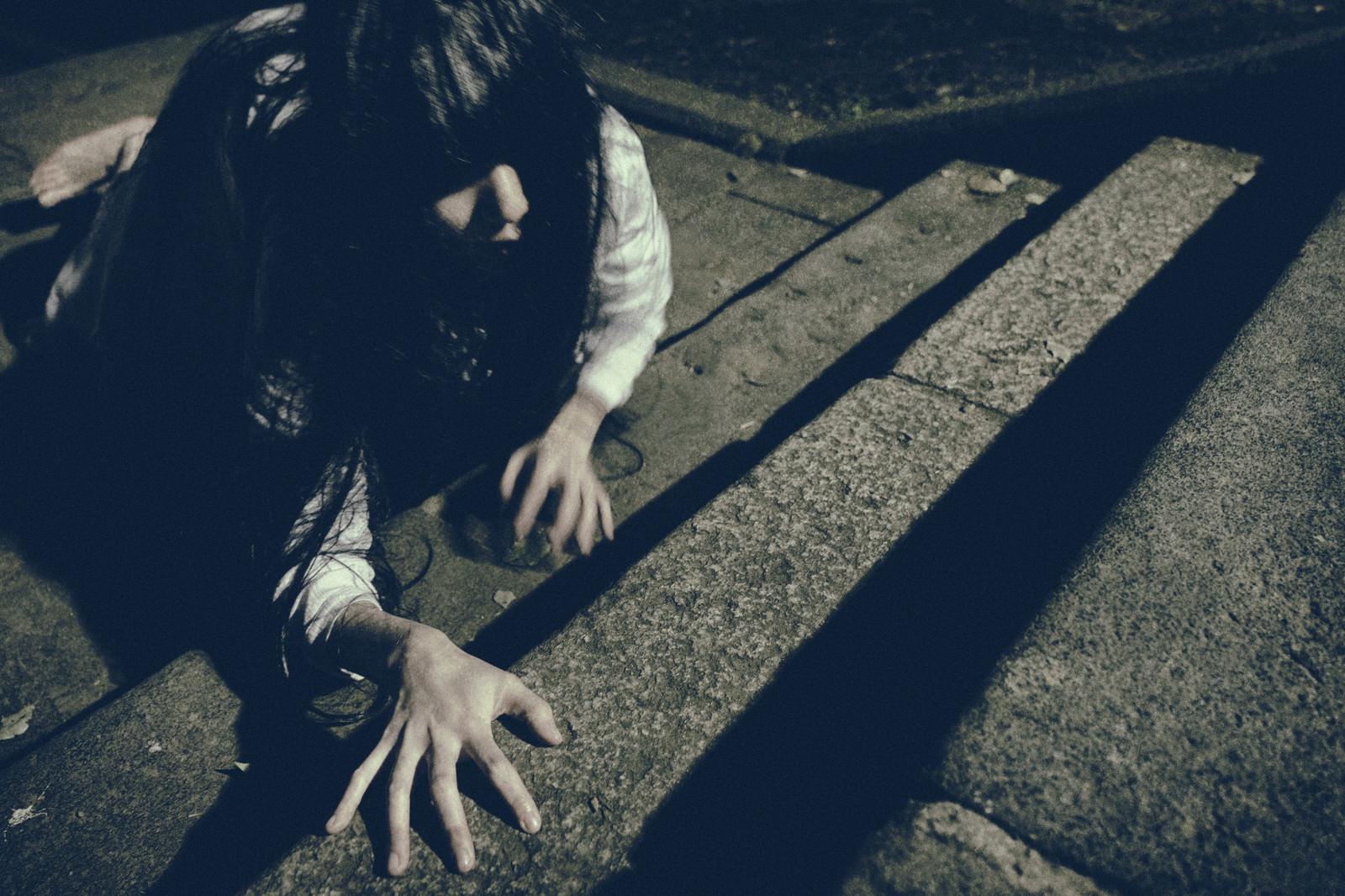 「階段を這いながら上りきろうとする女性」の写真[モデル:緋真煉]