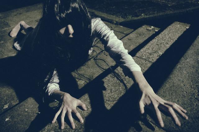 階段に落としたものを死に物狂いで探す彼女の写真