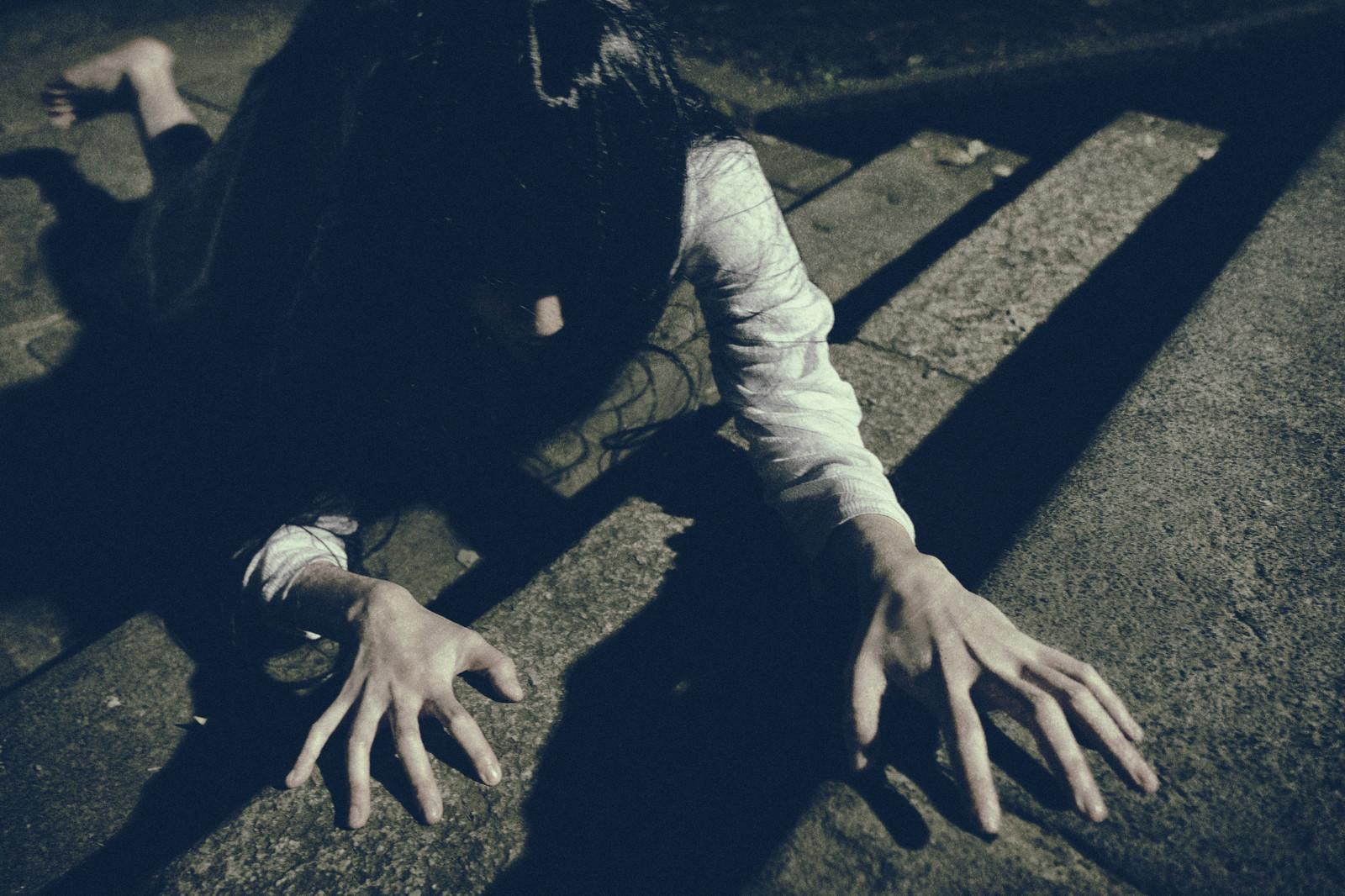 「石畳の階段を大きな鍵盤と勘違いした疲れ気味のピアニスト」の写真[モデル:緋真煉]