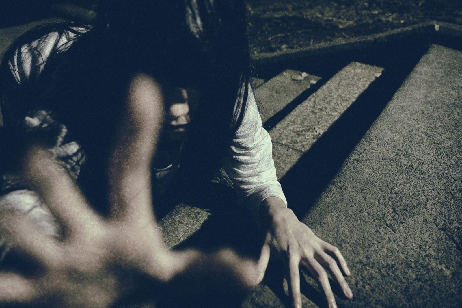 「石畳の階段から命を掴み取ろうとする恐ろしい女性」の写真[モデル:緋真煉]