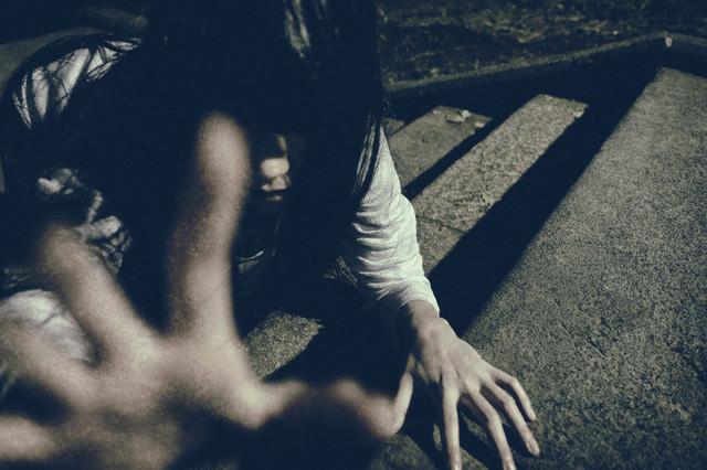 石畳の階段から命を掴み取ろうとする恐ろしい女性の写真