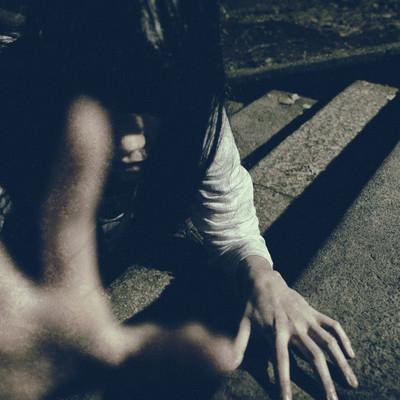 「△石畳の階段から命を掴み取ろうとする恐ろしい女性」の写真素材