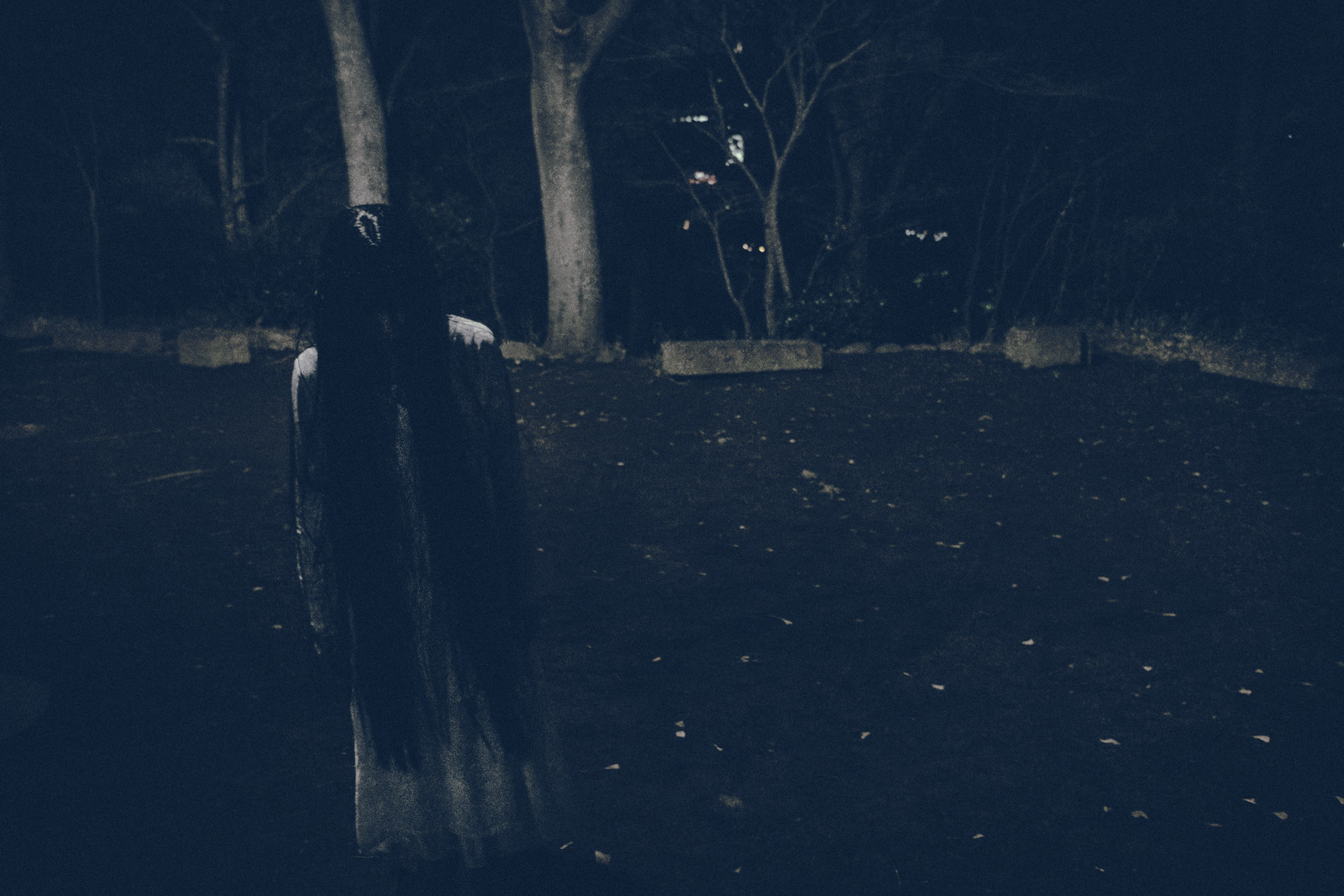 「真夜中の広場で項垂れる白いワンピースの女性」の写真[モデル:緋真煉]