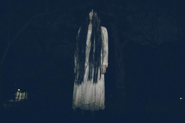 真夜中の公園でたち塞ぐ亡霊の写真