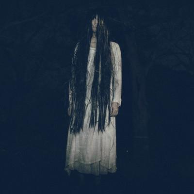 「真夜中の公園でたち塞ぐ亡霊」の写真素材