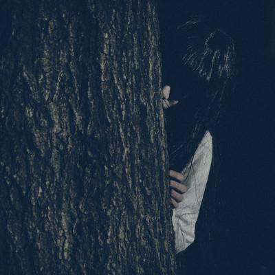木の陰からこちらを覗き込む恥ずかしがり屋の貞子さんの写真