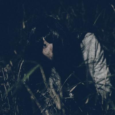 「[恐怖]草むらを這う髪の長い女性」の写真素材