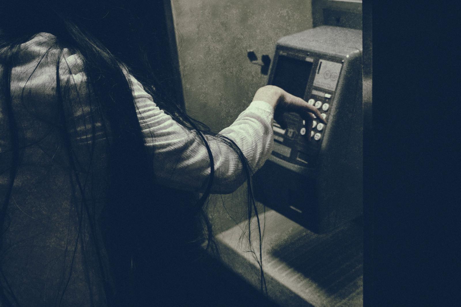 「非通知の電話先」の写真[モデル:緋真煉]