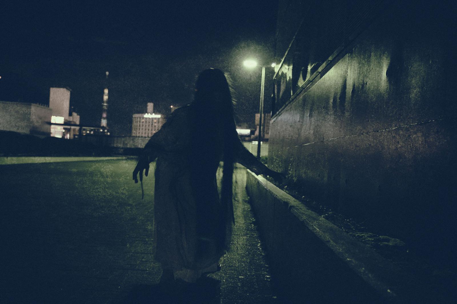「暗影から近づく女性の亡霊」の写真[モデル:緋真煉]