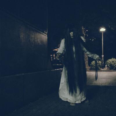 「公園を彷徨う女性」の写真素材