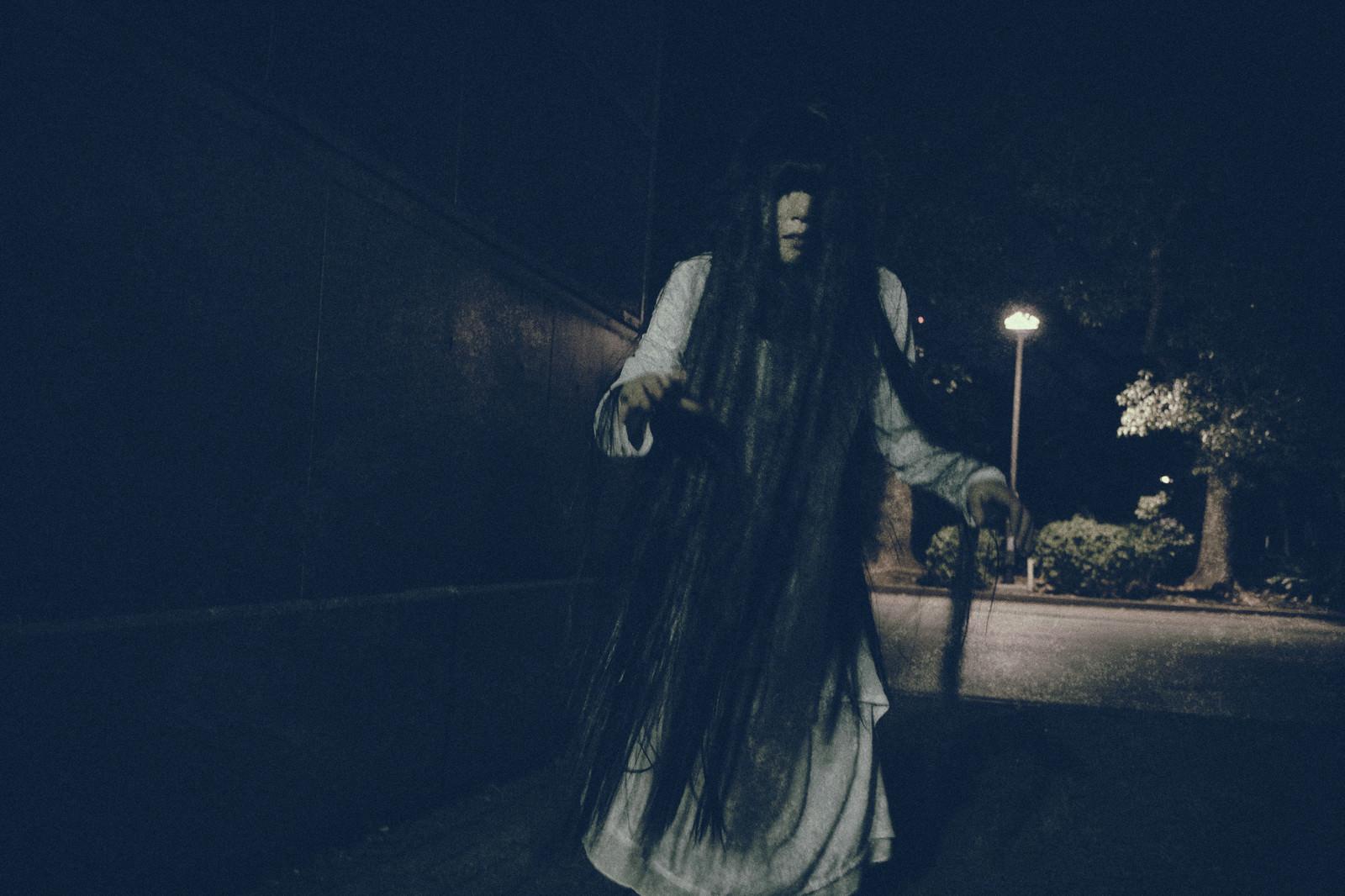 「どこまでも追いかけてくる女性の亡霊 | 写真の無料素材・フリー素材 - ぱくたそ」の写真[モデル:緋真煉]