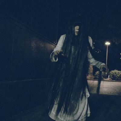 「どこまでも追いかけてくる女性の亡霊」の写真素材