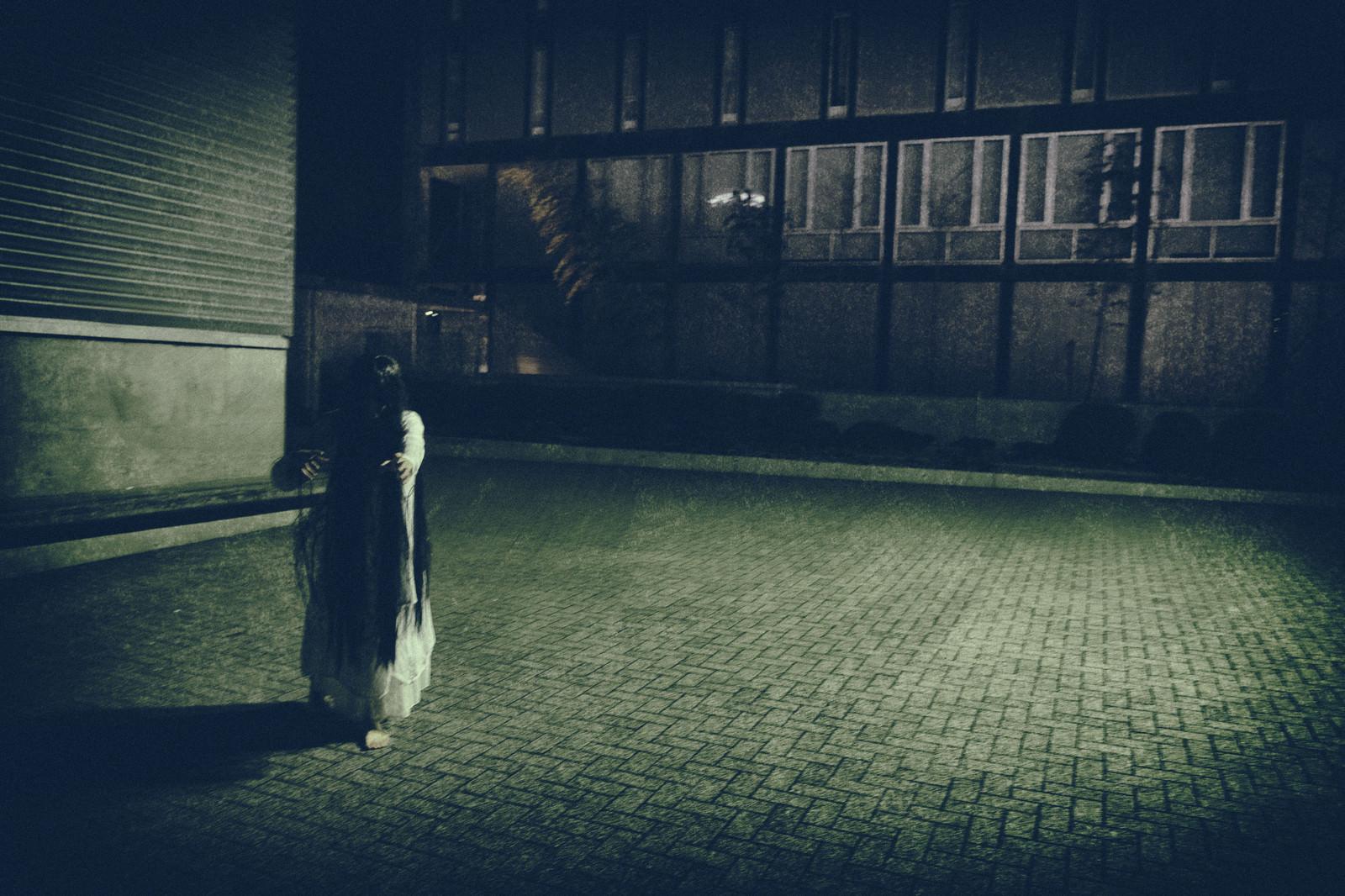 「ゆっくり近づいてくる女性の亡霊」の写真[モデル:緋真煉]