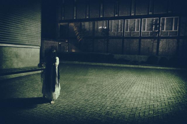 ゆっくり近づいてくる女性の亡霊の写真