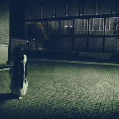 「ゆっくり近づいてくる女性の亡霊」の写真素材