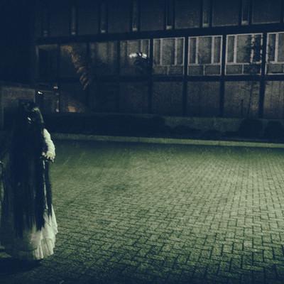 「黒髪の長い女性に追いかけられる様子」の写真素材