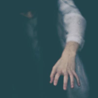 「怨念のこもった女性の手」の写真素材