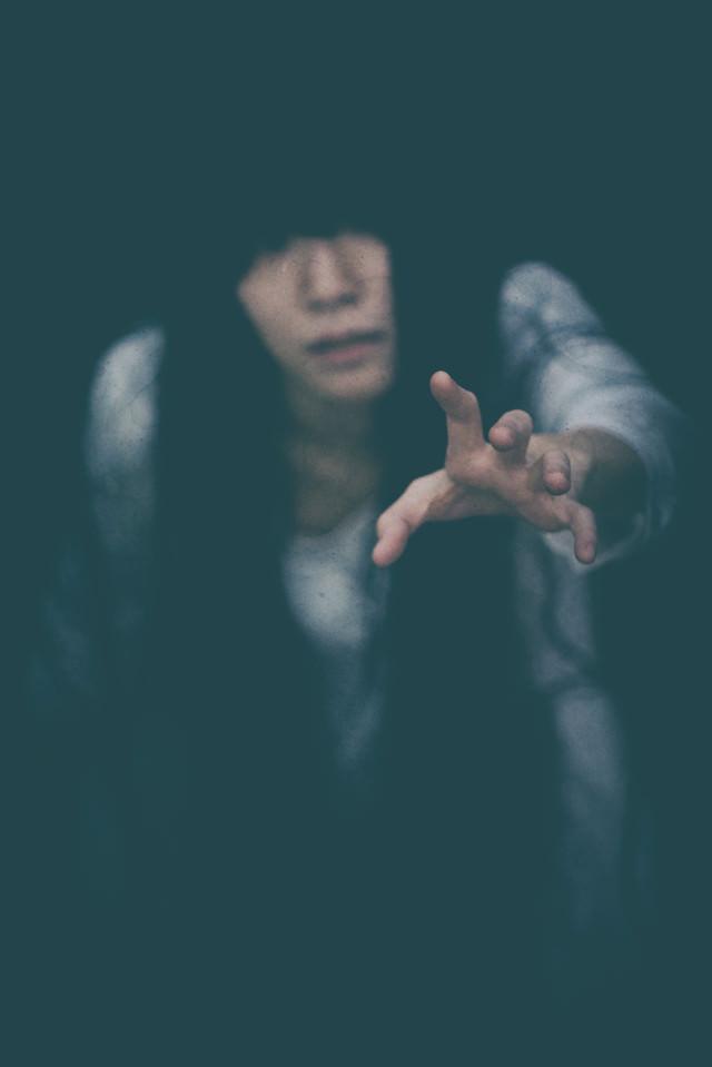 暗闇から助けを求める女性の写真