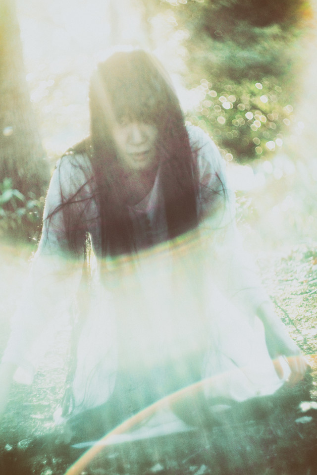 光に包まれた女性の写真