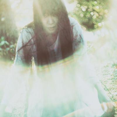 「光に包まれた女性」の写真素材