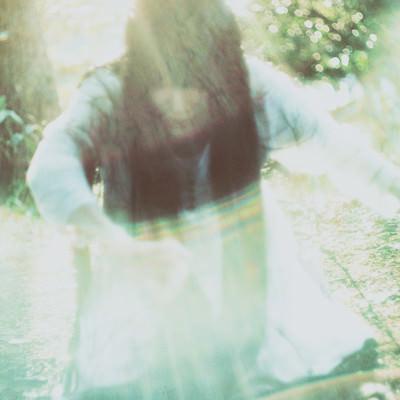 「光の中から這い上がろうとする女性の亡霊」の写真素材