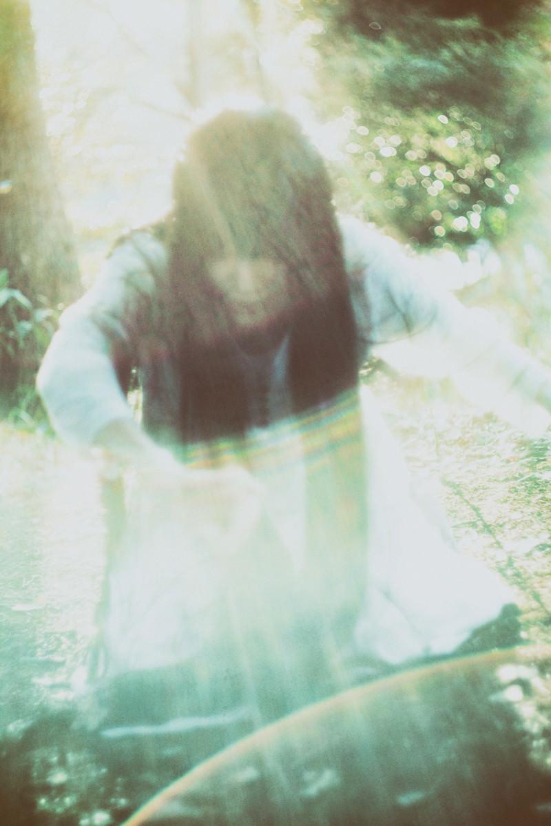 「光の中から這い上がろうとする女性の亡霊」の写真[モデル:緋真煉]
