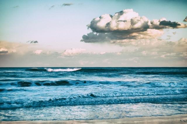 引いては寄せ、寄せては返す波の写真