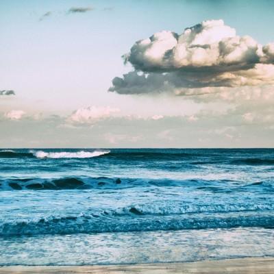 「引いては寄せ、寄せては返す波」の写真素材