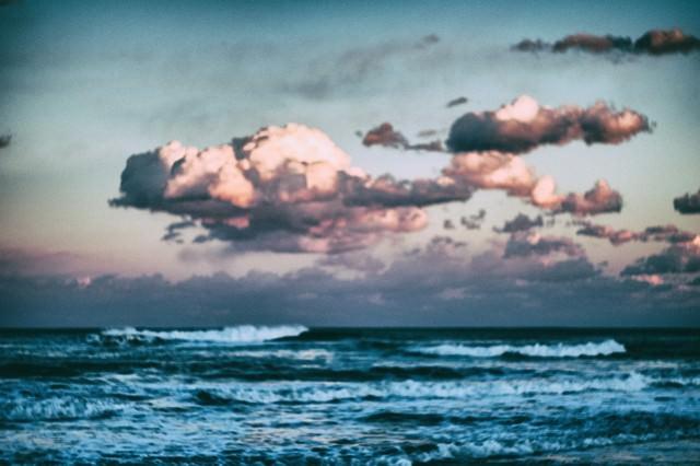 ぼんやりと海を眺めるの写真