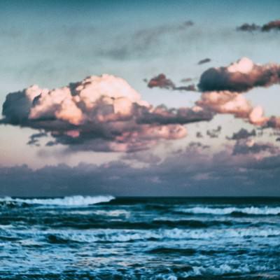 「ぼんやりと海を眺める」の写真素材