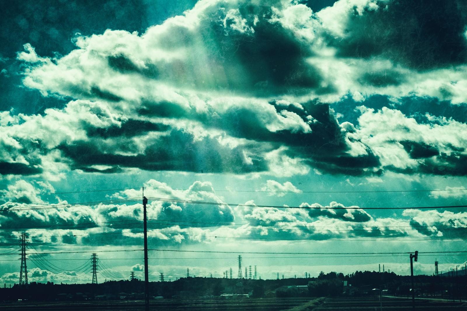 「送電線が立ち並ぶ田舎の情景送電線が立ち並ぶ田舎の情景」のフリー写真素材を拡大